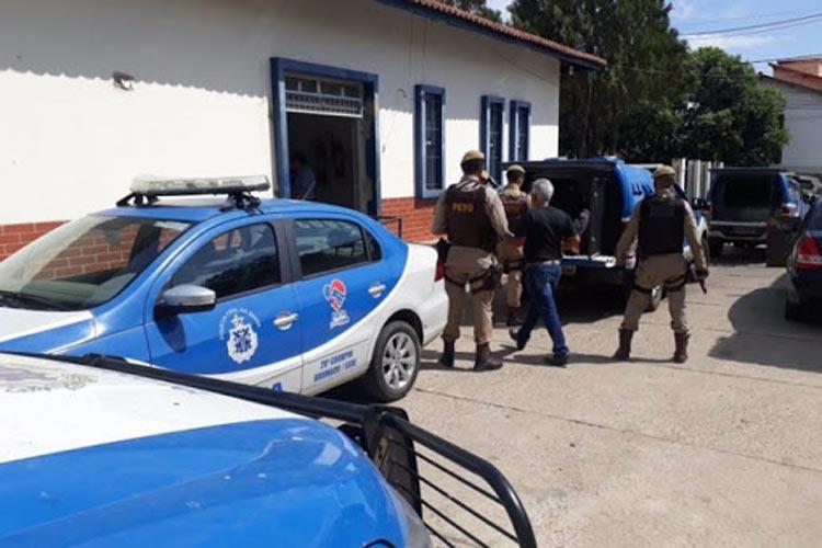 Brumado: Polícia Militar prende homem que tentou 'martelar' o pai e a mãe no Bairro das Flores