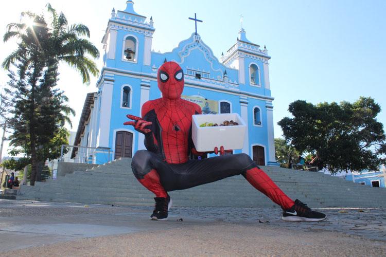 Driblando a crise, jovem se veste de Homem Aranha e vende trufas nas ruas de Brumado para pagar faculdade