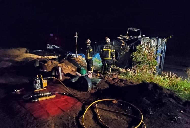 Teixeira de Freitas: Mulher morre após caminhão onde estava tombar na BR-101