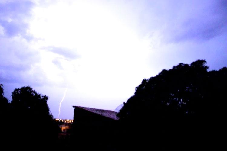 Raios causam danos em aparelhos eletrônicos durante tempestade em Brumado