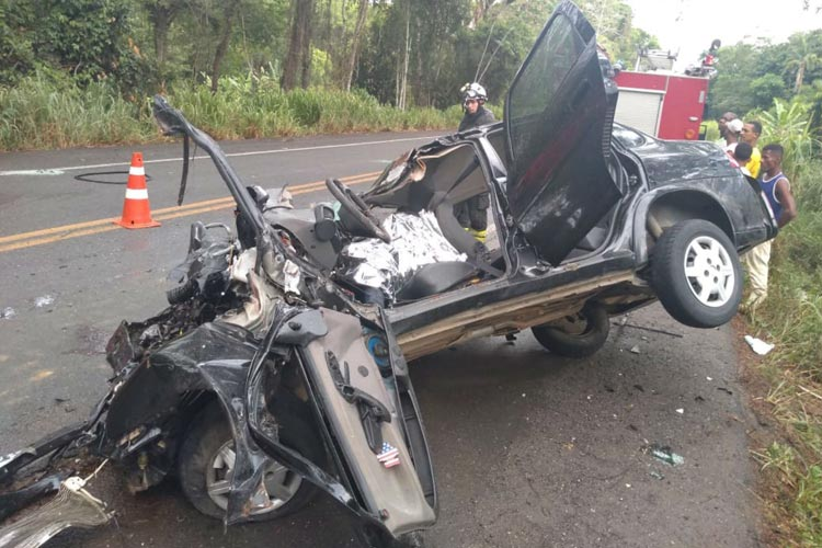 Jovem de 21 anos morre e outras 4 pessoas ficam feridas após carro bater em ônibus