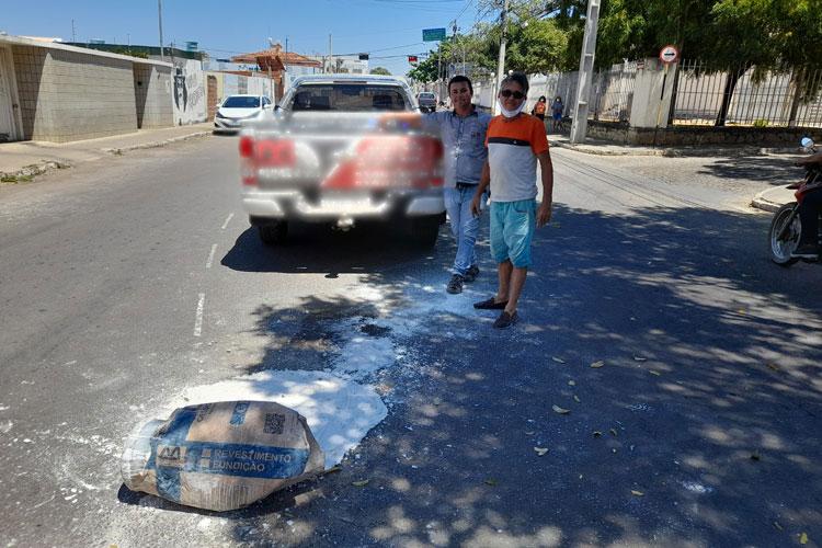 Brumado: Cansado de esperar, empresário tapa buraco na Otávio Mangabeira com gesso