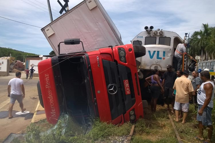 Locomotiva colide com caminhão no centro de Brumado