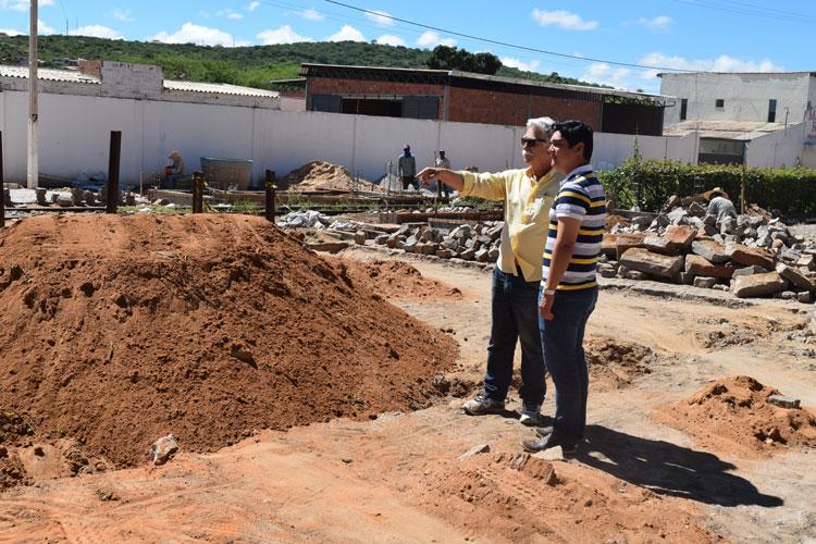 Na companhia do secretário estadual de agricultura, prefeito vistoria obras em Brumado