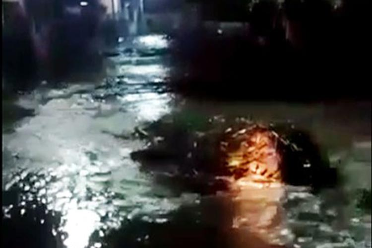 Enxurrada alaga ruas e causa transtornos em Itaquara