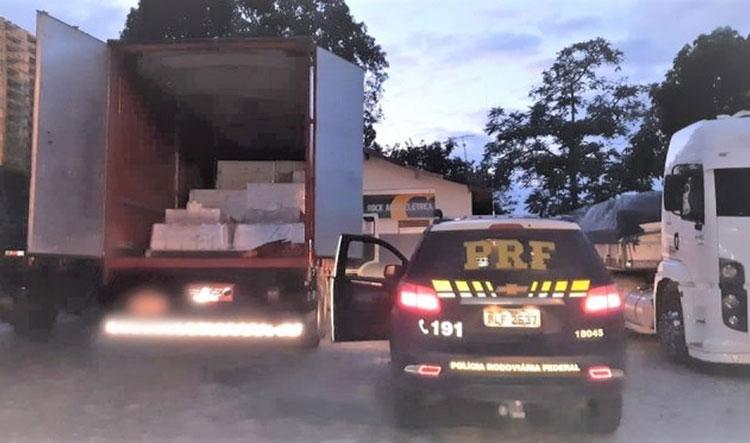 Teixeira de Freitas: PRF recupera carga avaliada em R$ 740 mil e resgata caminhoneiro na BR-101