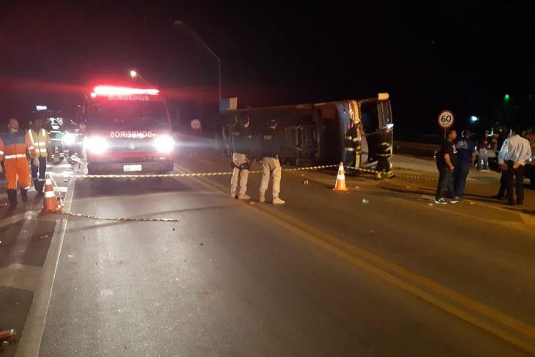 Ônibus da Novo Horizonte em alta velocidade tomba e três pessoas ficam feridas em Vitória da Conquista