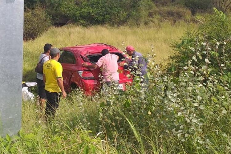 Brumado: Carro sobra no contorno do anel rodoviário e capota à margem da BR-030
