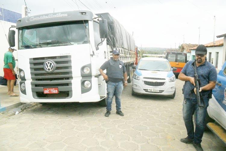 Dois caminhões e cargas roubadas são encontrados sob lonas no sudoeste baiano