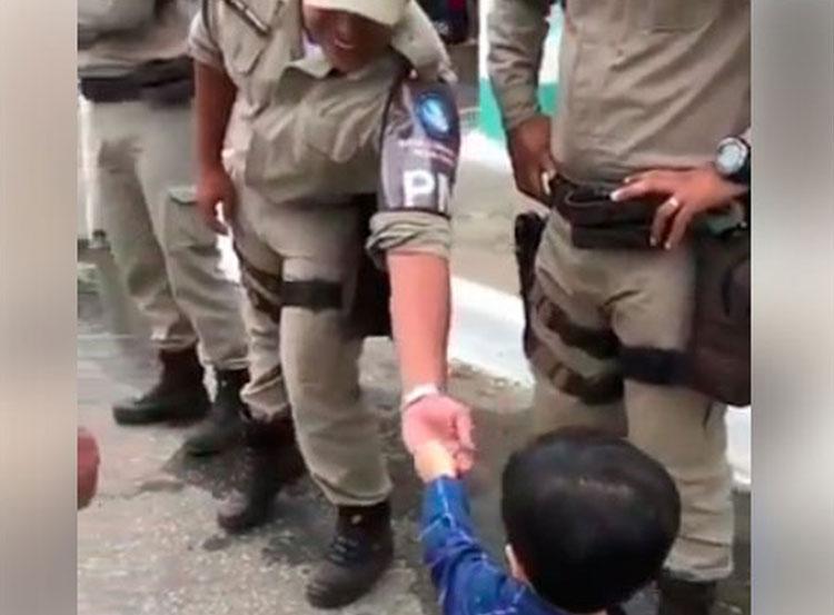 Menino de 2 anos divide pipoca com PMs em Conquista e vídeo viraliza