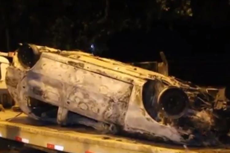 Carro capota e bate em barranco após pegar fogo em rodovia de Eunápolis