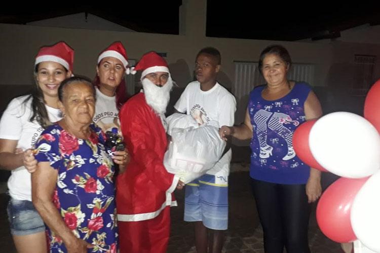 4676afab15 Amor de Cristo leva alegria com doação de alimentos e brinquedos para  várias famílias de Brumado
