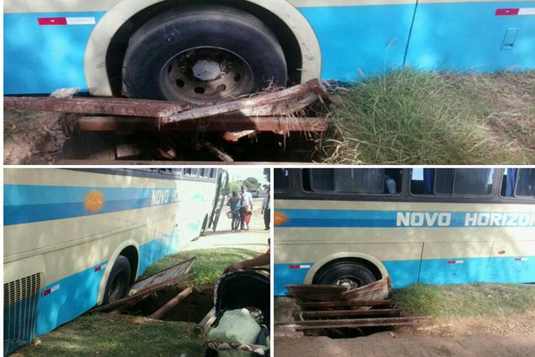 Ônibus intermunicipal fica preso em bueiro não sinalizado à margem da BR-030 em Brumado