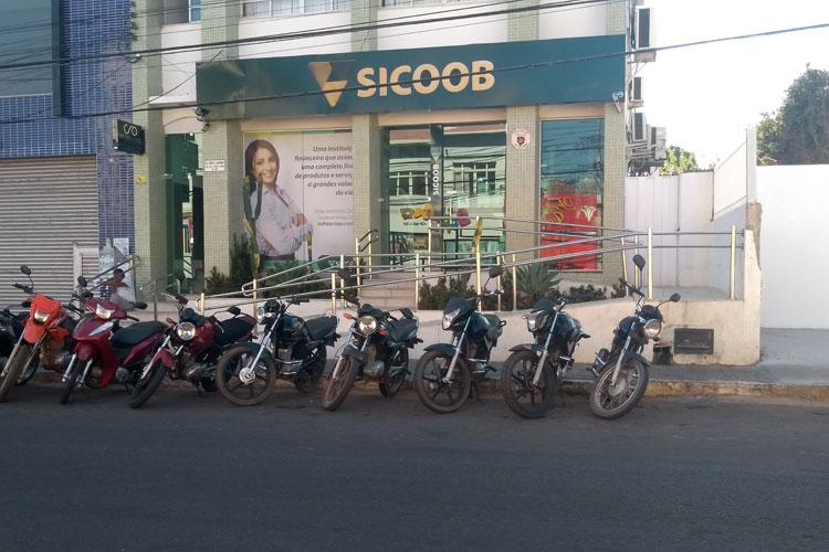 Bandidos arrombam cofres da agência bancária do Sicoob de Brumado