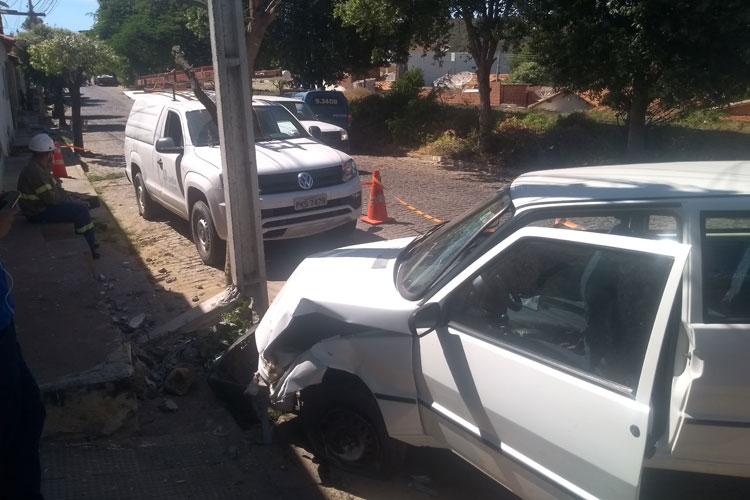 Brumado: Indivíduo furta carro, perde o controle da direção, bate contra poste e abandona o veículo