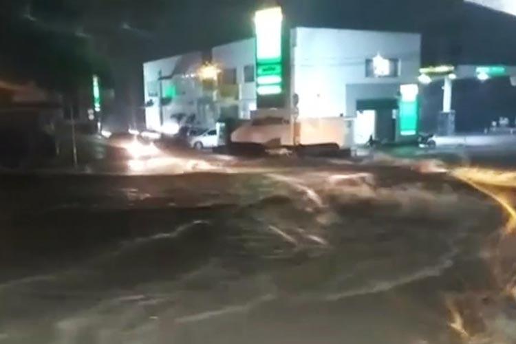 Forte chuva alaga ruas e invade casas em Vitória da Conquista