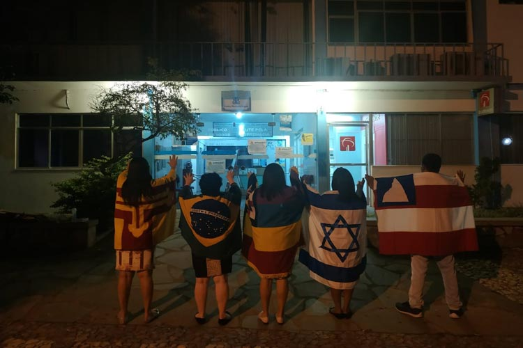 Cristãos da segunda igreja do evangelho quadrangular fazem oração na porta da prefeitura de Brumado
