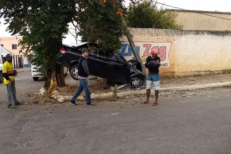Motorista perde controle de carro e veículo fica preso entre árvore e poste em Conquista