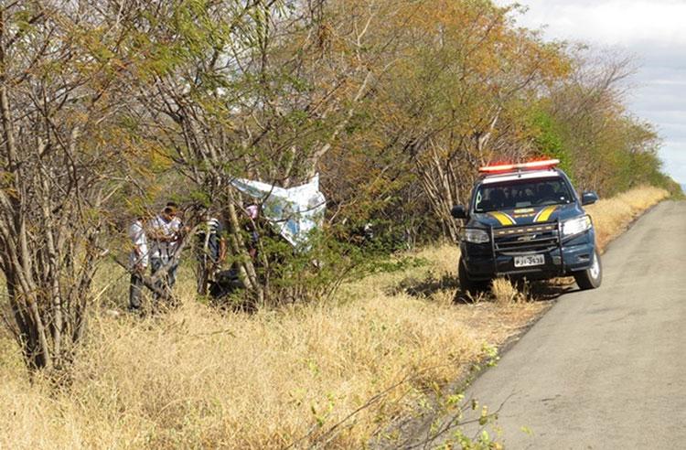 Moto bate em árvore e jovens de 17 e 18 anos morrem ao voltarem de festa junina no oeste baiano