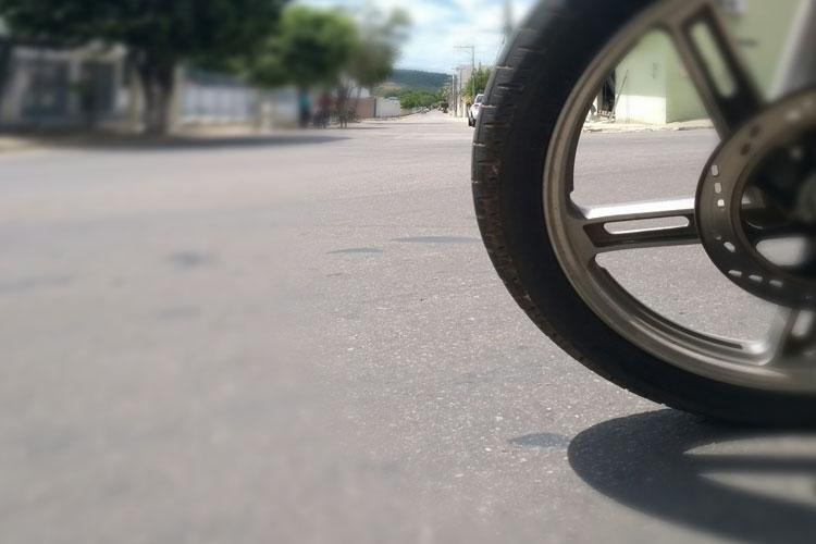 Jovem reage e é baleado durante roubo de moto em Brumado