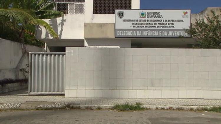 Pais descobrem na delegacia abuso das 2 filhas por motorista