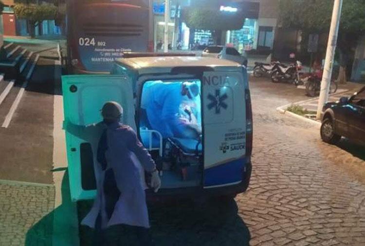 Mulher com Covid-19 foge de hospital para beber em praça pública