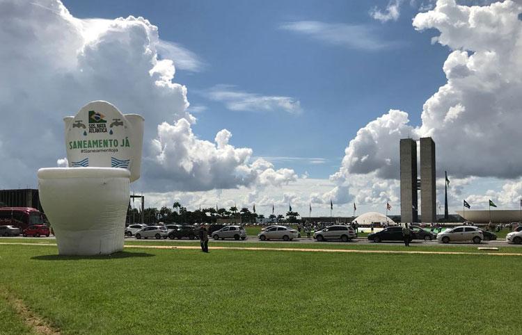 Vaso sanitário de 12m é inflado na Esplanada