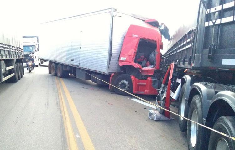 BR-116: Homem morre após colisão frontal entre caminhão e carreta em Vitória da Conquista