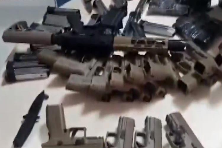 Homem é preso com seis fuzis e 23 pistolas em ônibus na BR-116 em Vitória da Conquista