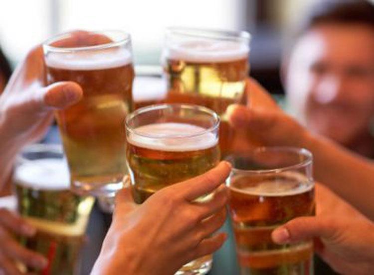 Consumo de álcool cai no Brasil, mas deve voltar a subir até 2025, afirma OMS