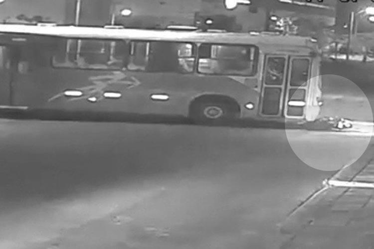 Câmera flagra momento em que motocicleta bate em ônibus no município de Vitória da Conquista