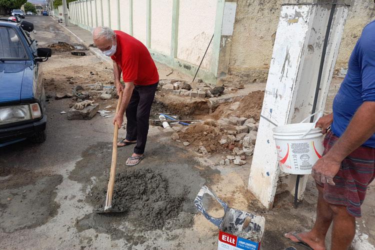Brumado: Com prefeitura e Embasa de braços cruzados, idoso e vizinhos consertam esgoto estourado
