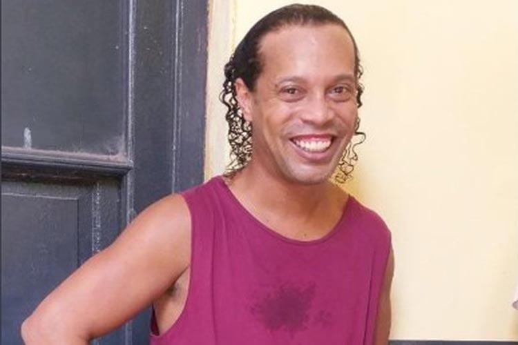 Ronaldinho Gaúcho e irmão pagam fiança milionária e vão para prisão domiciliar