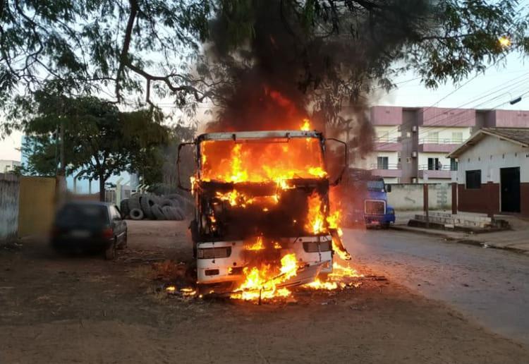 Carreta com combustíveis inflamáveis pega fogo no oeste da Bahia
