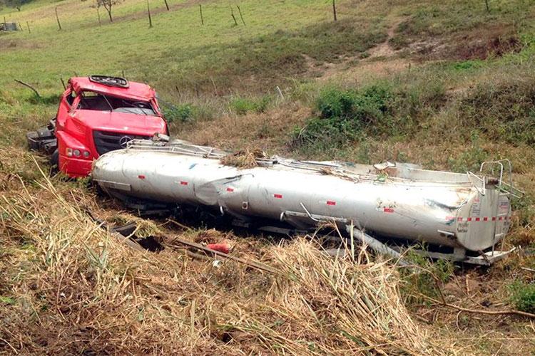 Motorista brumadense desvia de caminhão e cai em ribanceira próximo à Jequié