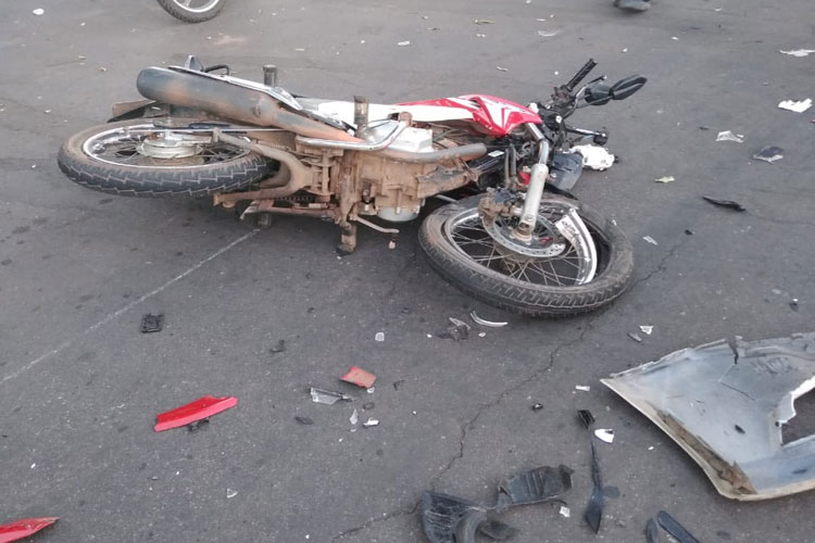 Brumado: Casal fica ferido após acidente envolvendo motocicleta e veículo na Avenida João Paulo I