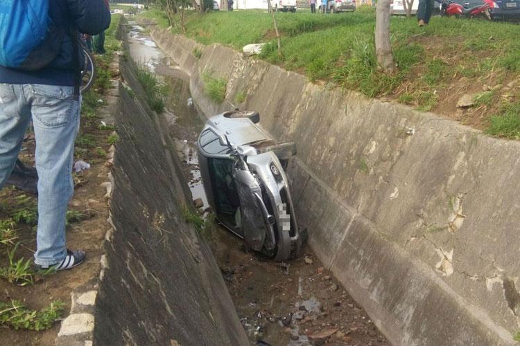 Motorista se distrai, perde controle e cai em vala em Vitória da Conquista