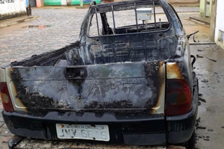 Carro é incendiado e completamente destruído na cidade de Presidente Jânio Quadros