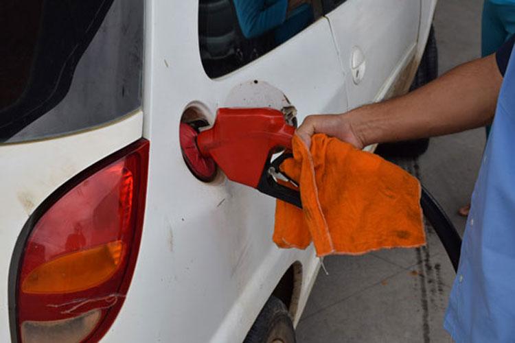 Juiz manda suspender decreto que reajustou impostos da gasolina