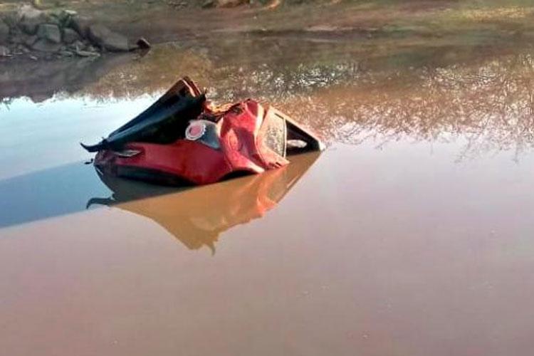 Adolescente morre após carro sair de pista e cair em lagoa em Tanque Novo