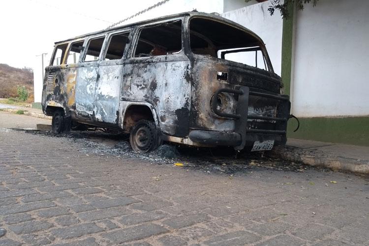 Vândalos incendeiam kombi que há 30 anos realiza serviço comunitário para centro espírita de Brumado