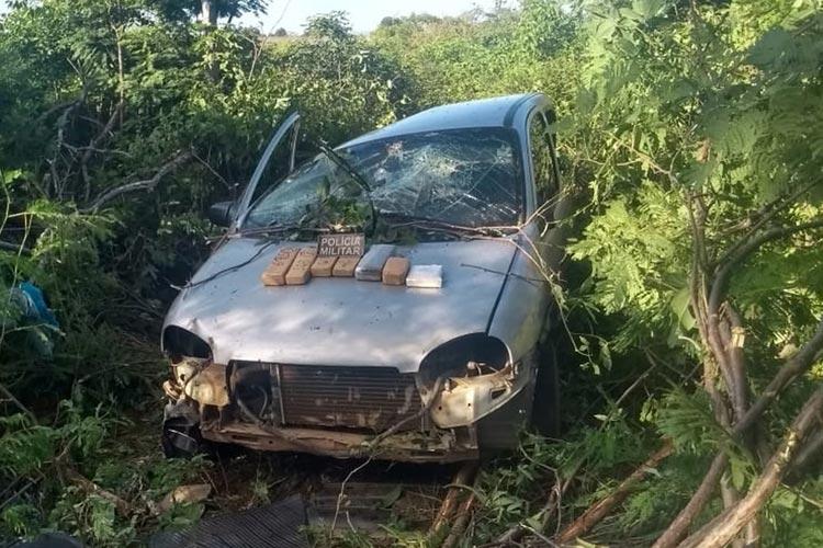 Dois são presos com 4 kg de drogas após carro deles capotar na BR-030