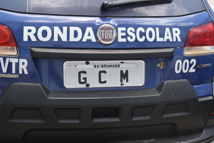 Viatura da ronda escolar da Guarda Municipal de Brumado recebe emplacamento personalizado