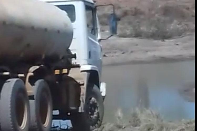 Malhada de Pedras: Morador flagra carro pipa captando água de esgoto para abastecer meio rural