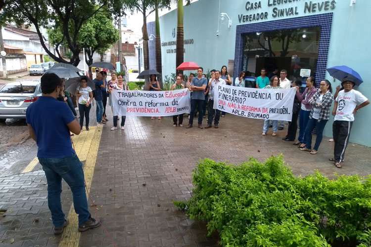 Frentes sindicais protestam contra reforma da previdência em frente à Câmara de Vereadores de Brumado