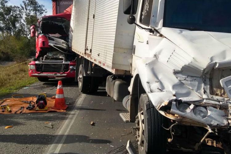 Motorista morre após engavetamento envolvendo três carretas e um carro em Vitória da Conquista