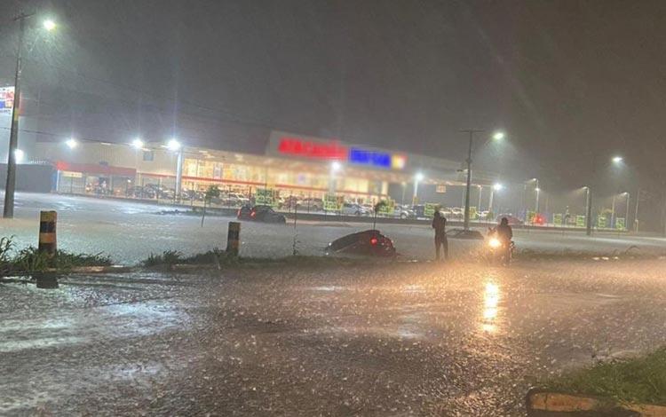 Carros ficam presos em alagamentos após chuva forte em Luís Eduardo Magalhães
