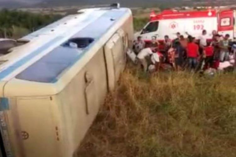 Ônibus da Novo Horizonte tomba na BA-148 em Jussiape