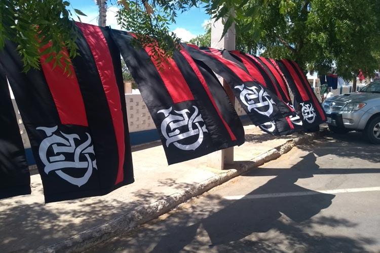 Artigos do Flamengo aquecem as vendas para lojistas esportivos e ambulantes em Brumado