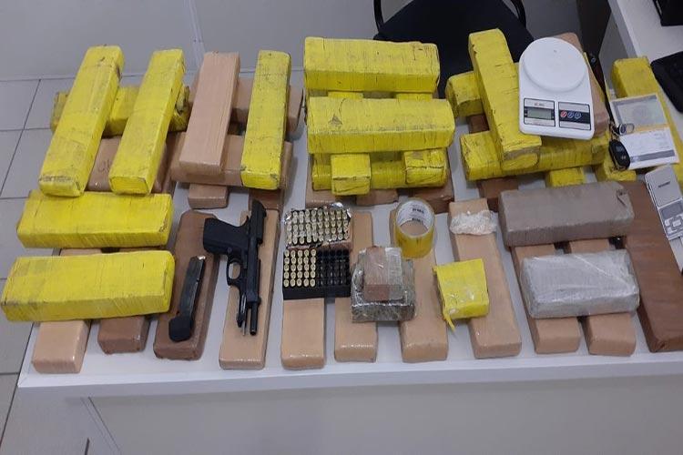 Arma da polícia do Ceará e 40 kg de maconha são apreendidos em Vitória da Conquista